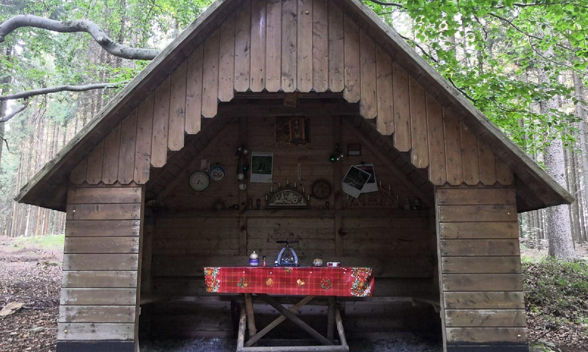 Erzgebirgische Volkskunst im Wald
